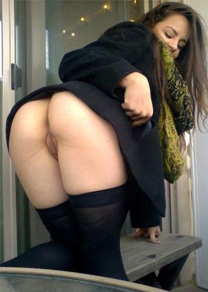 Девушка снимает на камеру, как в соседней кабинке ссыт беременная баба с волосатой пиздой