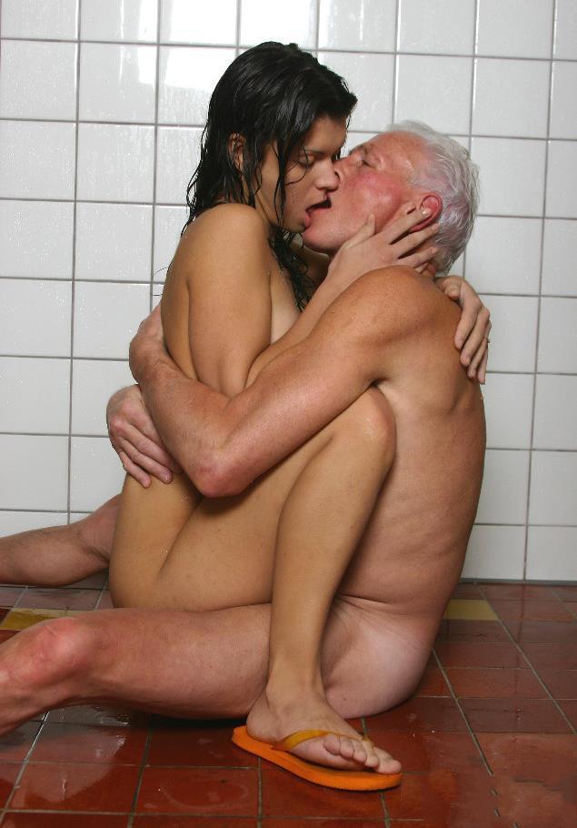 Старые деды с молодыми шлюхами видео 2 фотография