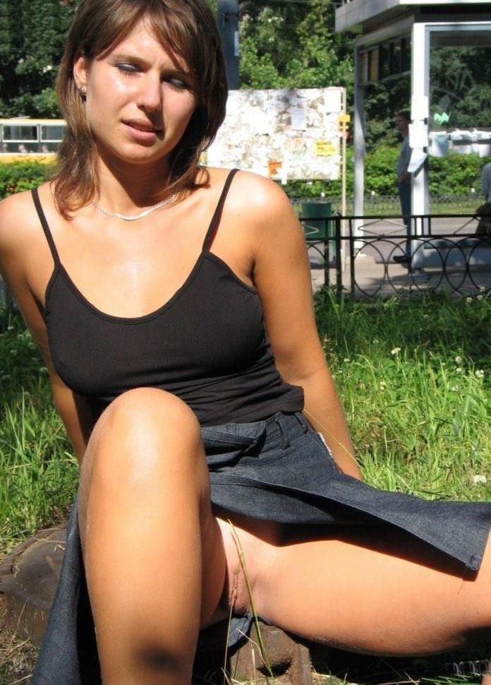 фото у женщин под юбкой бес трусов пизда