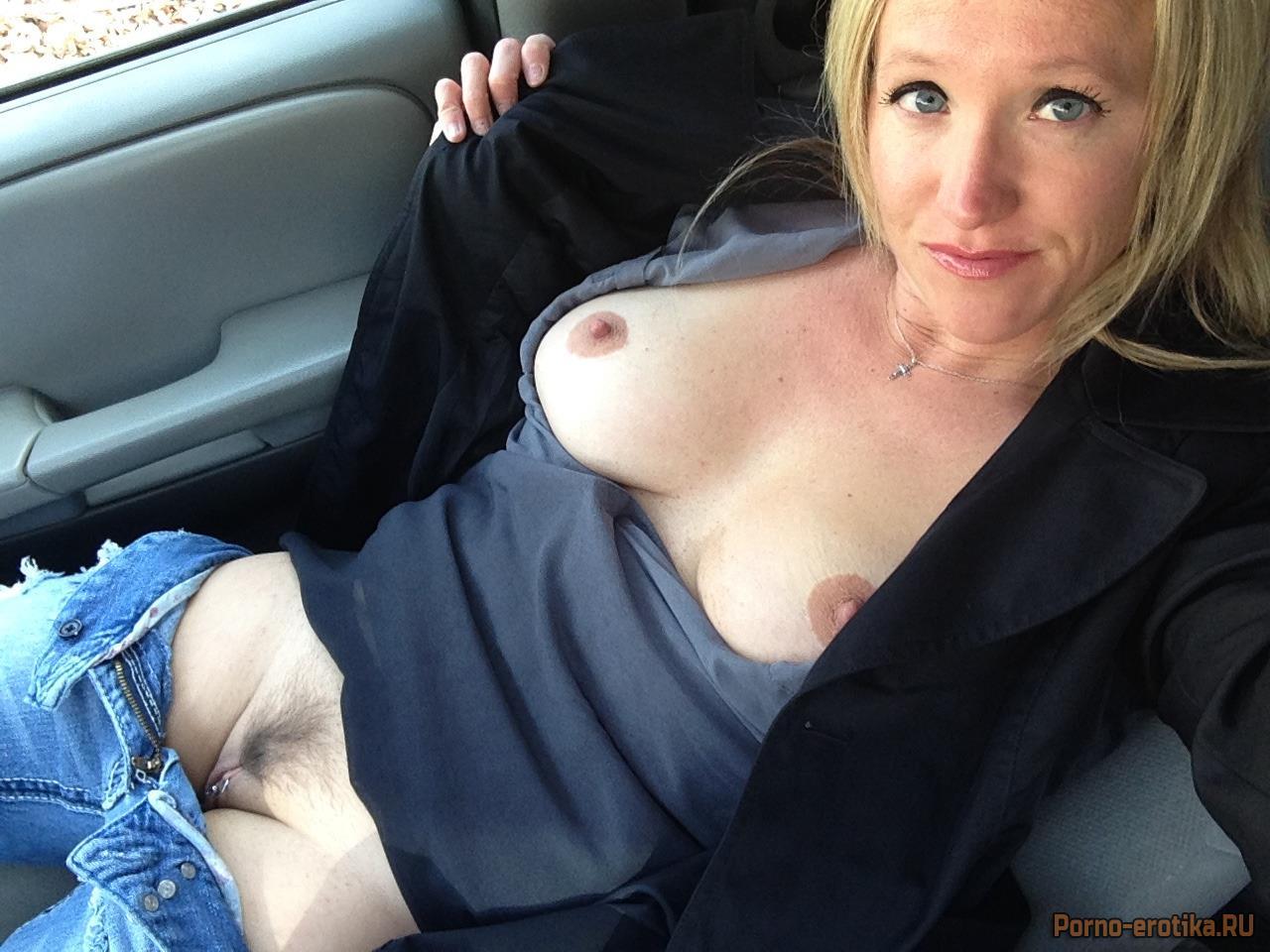 засветила пизду в машине