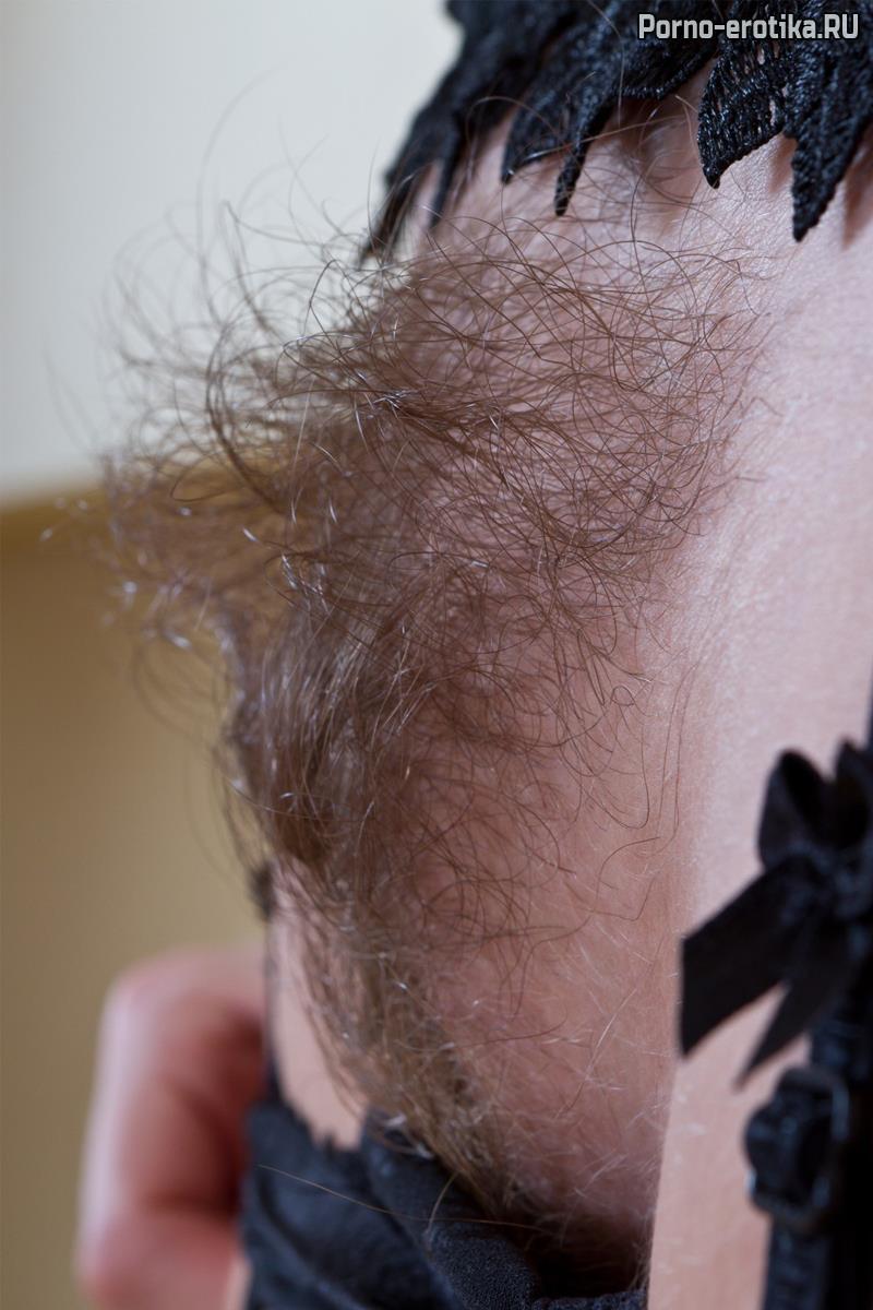 Блондинка с белой кожей и волосатой пиздой