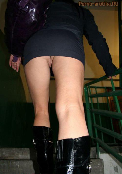 Под юбкой на лестнеце