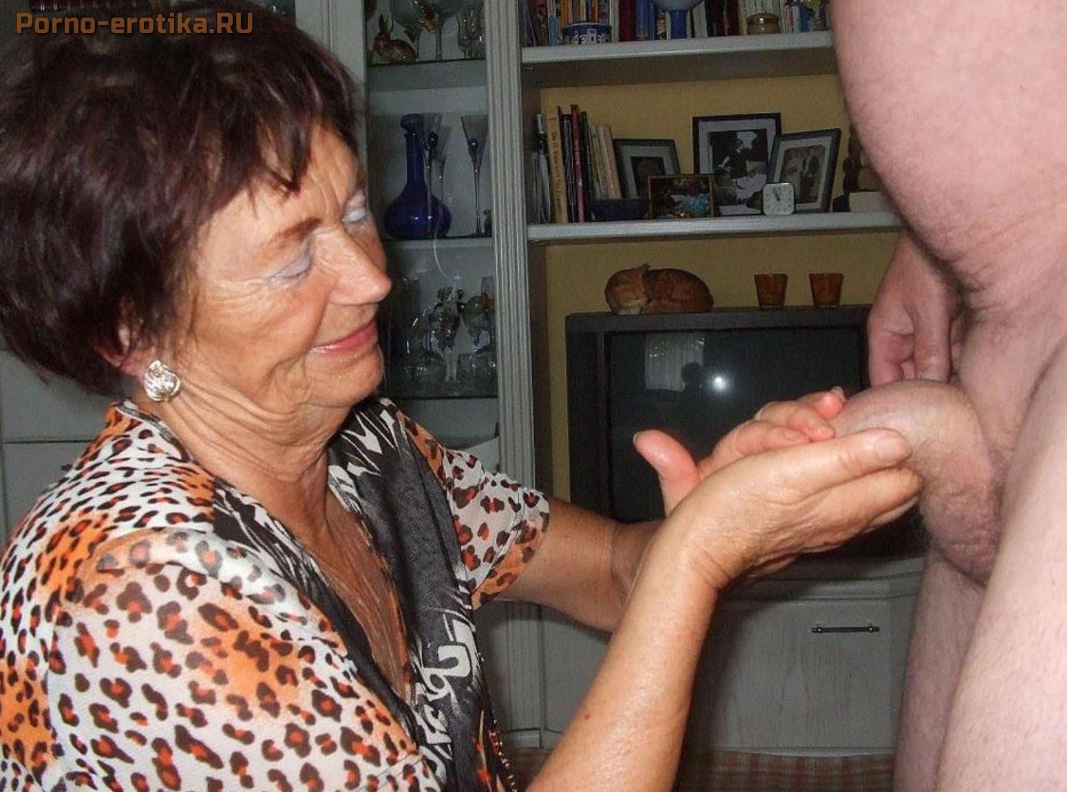 Старенькая бабушка сосёт хуй