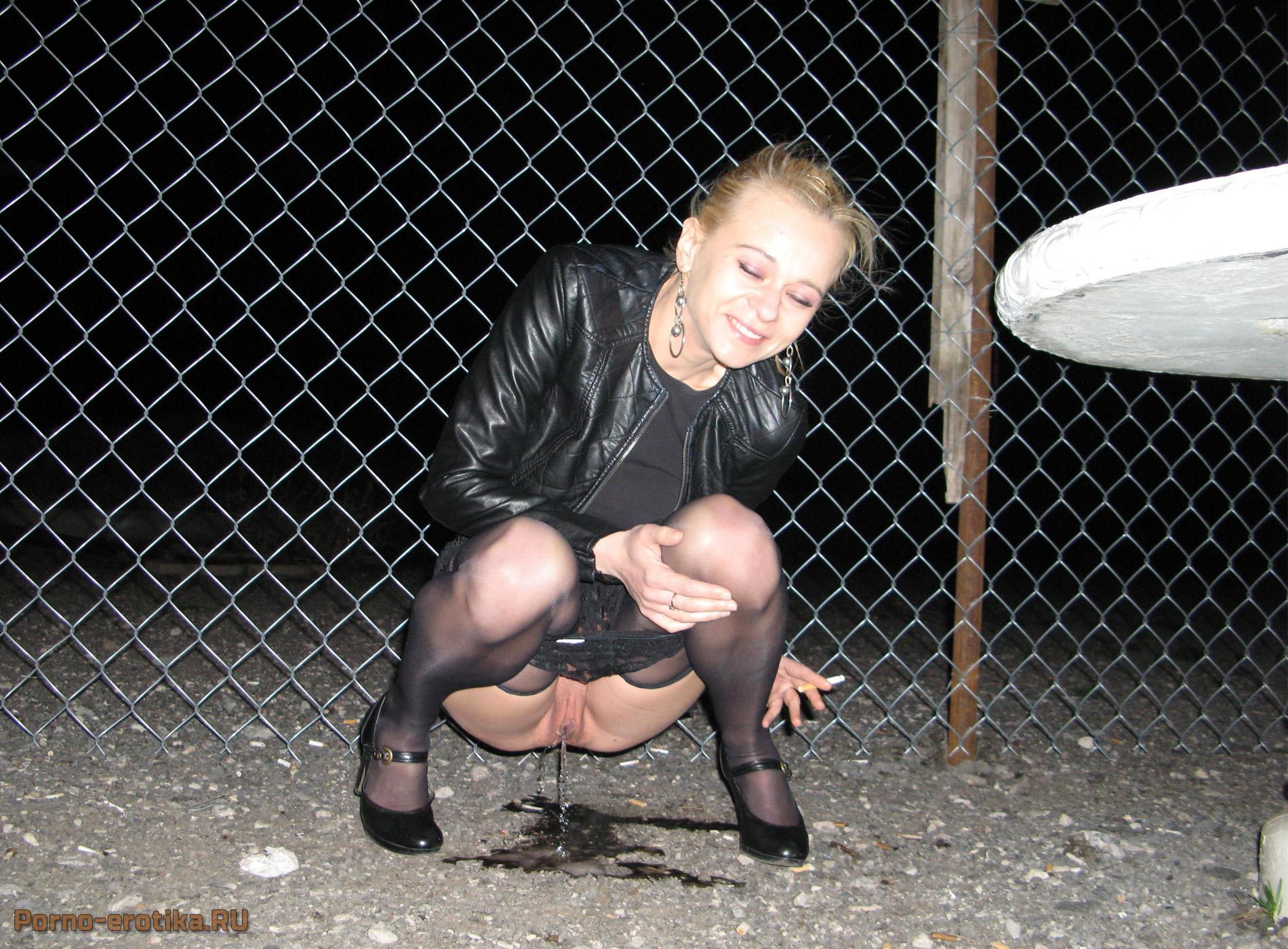 Женщина писяет на улице фото 264-563