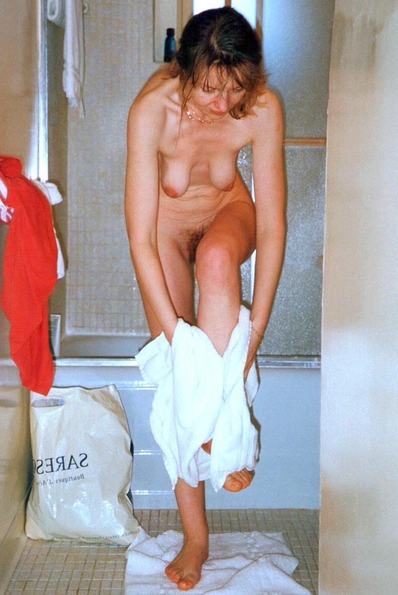 сын подглядел за мамой в ванной