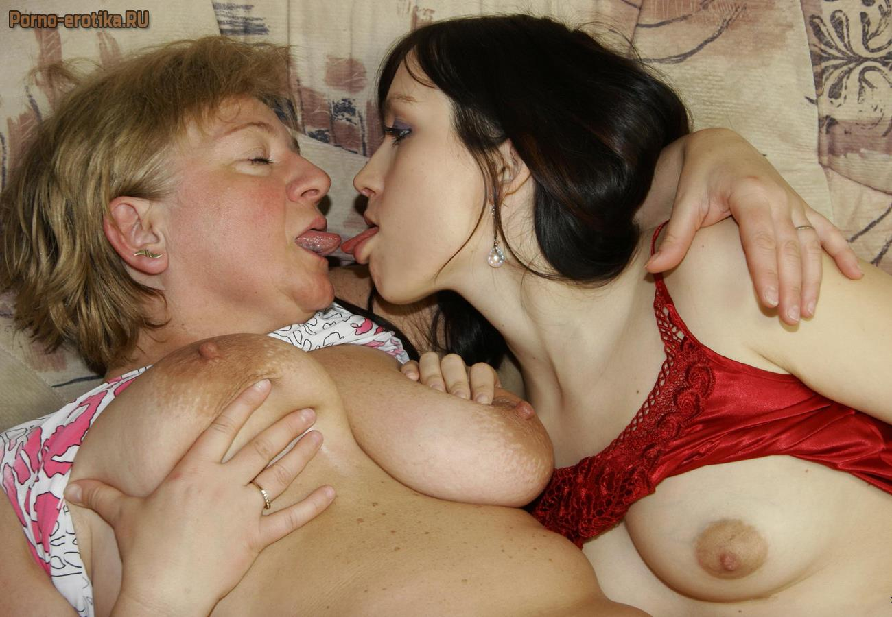 Порно мать вылизует дочке