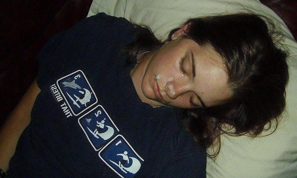 Накончал на лицо спящей сестры