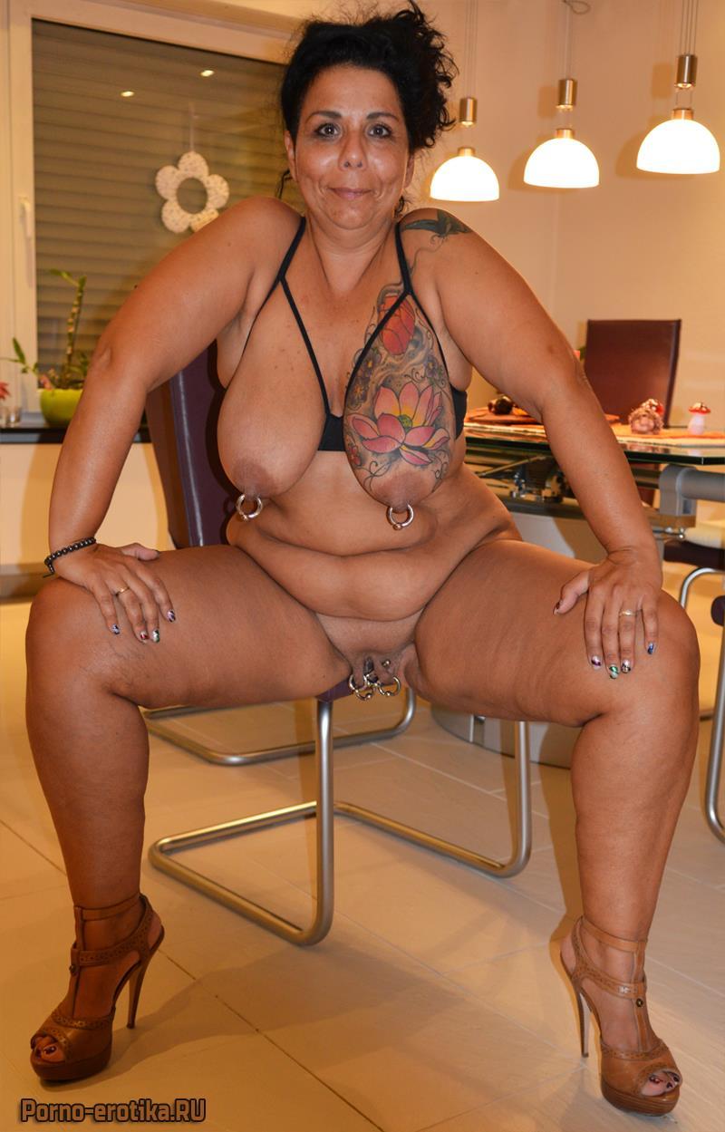Зрелая женщина с пирсингом на пизде
