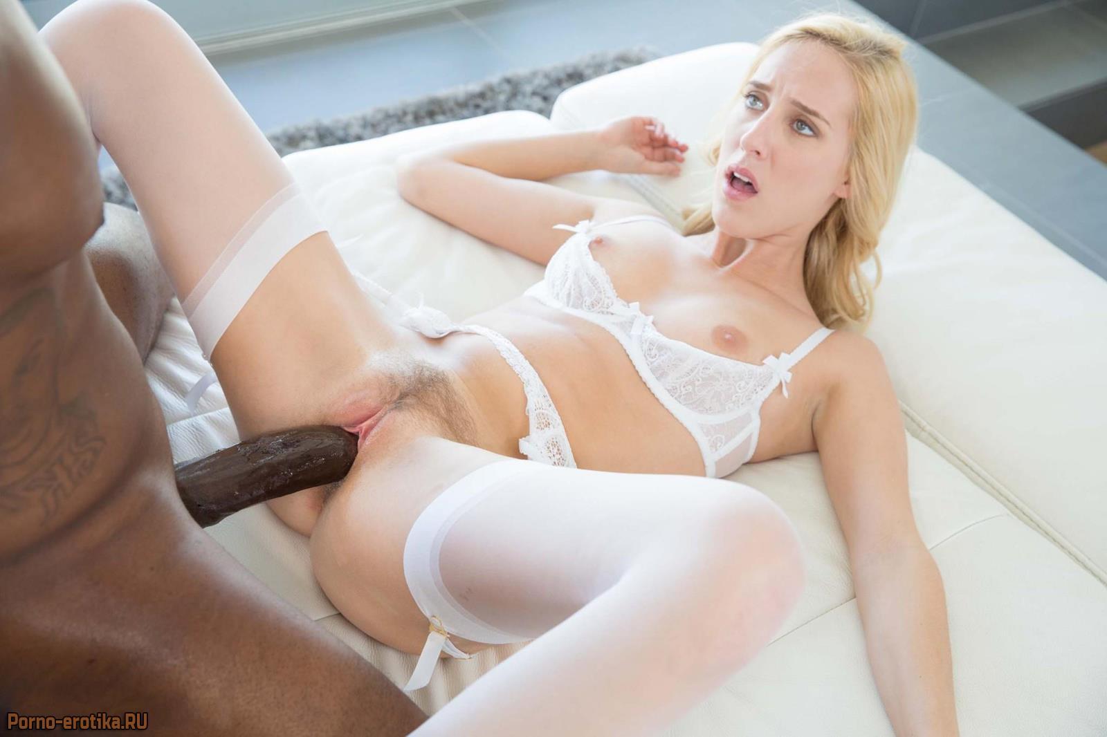 Негр с блондинкой трахаются