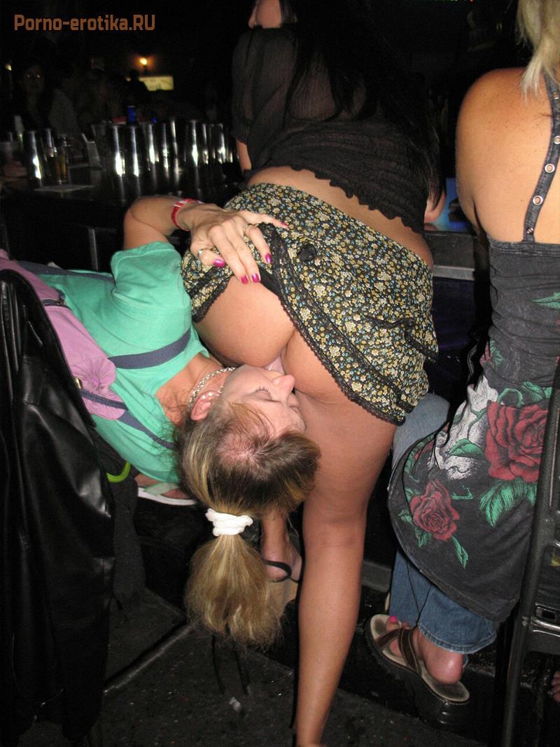 порно лижет пизду в общественном месте